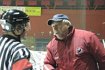 Petr Kneblík (vpravo) by karvinským fanouškům druhou hokejovou ligu přál.