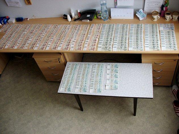 Na policejním stole je asi polovina ukradených peněz.