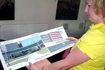 Mluvčí nemocnice Hana Jakubková ukazuje vizualizace některých chystaných změn  části nemocnice v Orlové.