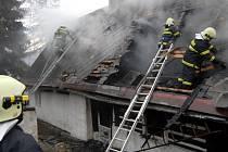 Přitopení v chalupách a domech dodržujte protipožární předpisy a buďte opatrní, nabádají hasiči.