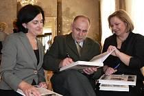 Autoři podepisují novou knihu, o níž byl mezi hosty na slavnostní prezentaci velký zájem. Byla mezi nimi i básnířka Renata Putzlacher.
