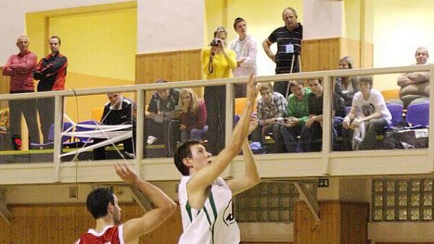 Basketbalisté Karviné (v bílém Odehnal) získali venku čtyři body.