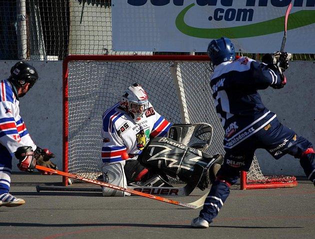 Hokejbalisté Karviné (v bílém) si v soubojích s Kladnem vedou statečně. Série je vyrovnaná 2:2.