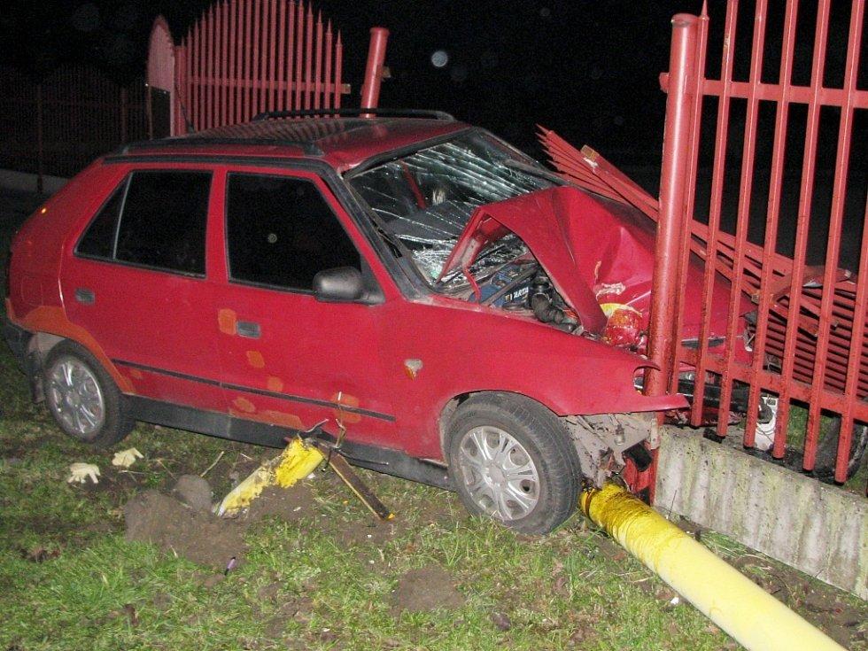 Automobil zastavil až plot.