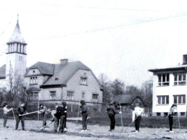 Snímek zachycuje školu a evangelický kostel v polovině 60. let minulého století.