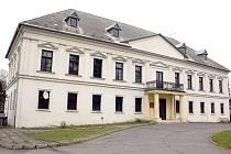 Lovecký zámek v Petrovicích–Prstné pochází z konce 18. století.