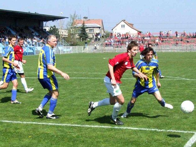 Fotbalistům MFK Havířov (bílé trenýrky) se prozatím na jaře daří.