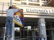 Tato tibetská vlajka bude vlát před magistrátem.