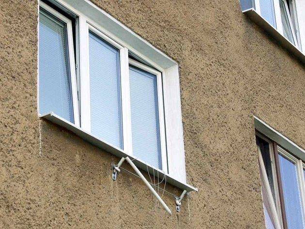 Tento sušák před oknem ve druhém patře zbrzdil pád chlapce a zřejmě mu zachránil život.