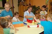 Krabice pro stonožku zdobily děti z orlovské školky Radost.