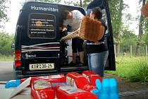 Zástupci Českého červeného kříže naplnili v Chotěbuzi dodávku s humanitární pomocí do Nové Vsi.