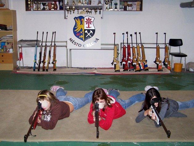 Střelecká soutěž v Orlové ve střelbě ze vzduchovky se setkala s ohlasem. Střelbu vleže nebo vstoje si vyzkoušela stovka dětí.