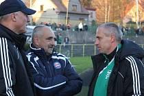 Bývalí trenéři Baníku Karel Večeřa (uprostřed) a Karel Kula (vpravo) při rozpravě po prvním pohárovém utkání Karviné s Brnem. Dnes se hraje odveta.