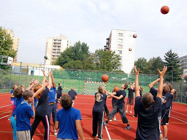 Na novém hřišti se před slavnostním zprovozněním představili školáci z orlovské ZŠ Školní s cvičením s míči.