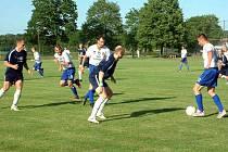Hráči Baníku Albrechtice (bílé dresy) se po třinácti letech rozloučili s divizí se vztyčenou hlavou, když porazili druhý celek tabulky z Dětmarovic.