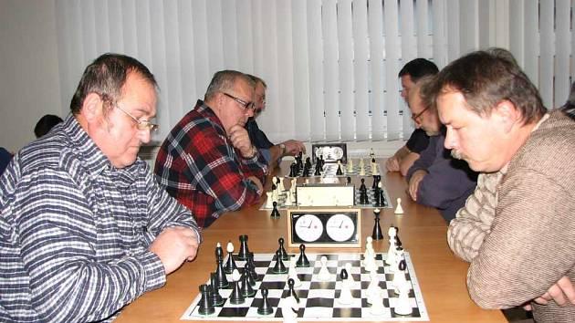 Hráči Horní Suché (vlevo) hráli v tomto zápase s celkovým vítězem, kterým se stal tým Chotěbuze.