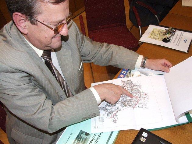 Náměstek havířovského primátora Eduard Heczko ukazuje budoucí trasu silnice R67.