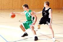 Tomáš Hadinec (vlevo) z družstva basketbalových juniorů Sokola Karviná.