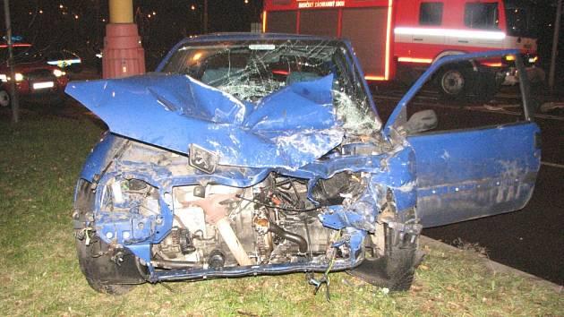 Havířovští hasiči na Dělnické ulici havarovali s řidičkou Peugeotu 106