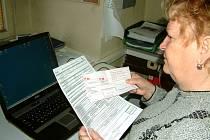 Žena má zaplatit už téměř tisíc korun a částka za nezprovozněnou službu bude narůstat.