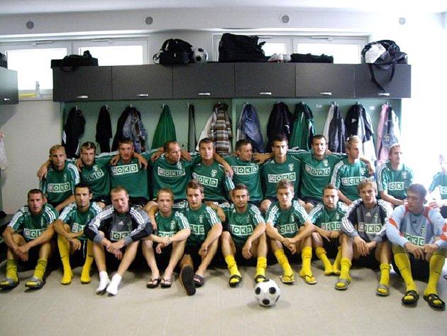 Fotbalisté jdou příkladem a předvedli, v jakém oděvu mají fanoušci zítra dorazit.