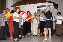 Smíšený pěvecký sbor pod taktovkou Danuše Petrželkové zazpíval na oslavách Dne matek německé lidové písně.