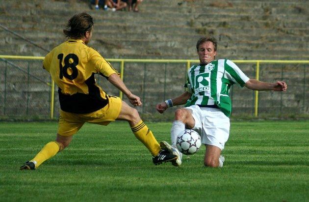 Karvinským fotbalistům ( na snímku vpravo Jakub Vávra) zbývá vypilovat už jen koncovku.