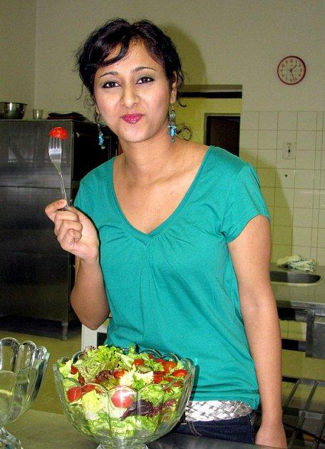 Indka Abinaya Rajan je vegetariánka, jak předvedla při konzumaci zeleninového salátu. V Česku je spokojená a uvažuje, že se po studiích usadí na jihu Evropy.