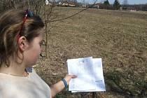 Kateřina Folwarczná ukazuje dokumenty o stavbě školícího střediska