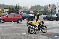 Místo nehody motocyklu a osobního automobilu.