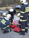 Nehoda v Šenově, policista dává dýchat zraněnému řidiči.