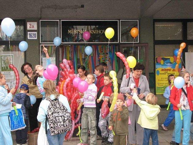 Děti vypustily před knihovnou balonky a doufají, že jim nálezci odpoví.
