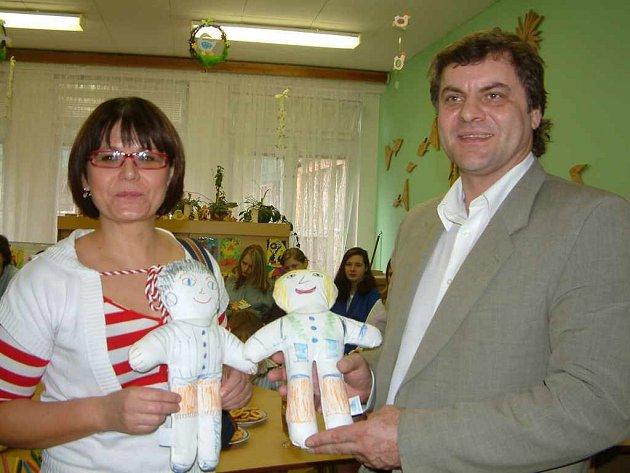 Ředitel nemocnice Juraj Chomič se účastnil předávání panenek a dárků nemocným dětem.