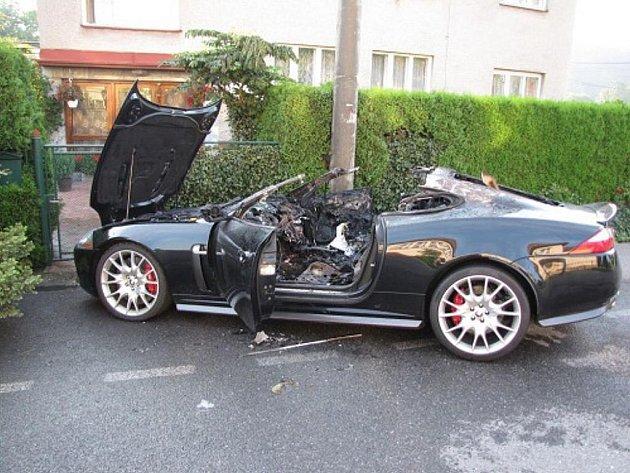 Dvě jednotky hasičů zasahovaly v neděli 7. srpna ráno v Českém Těšíně v části Stanislavice u požáru stojícího osobního automobilu Jaguar XK8 RS.