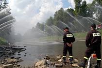 V Českém Těšíně vytvořili čeští a polští hasiči sobotu v rámci vzpomínkové akce na 5 hasičů, kteří zahynuli při povodních v roce 1970, vodní most, kterým symbolicky spojili českou a polskou stranu řeky Olše