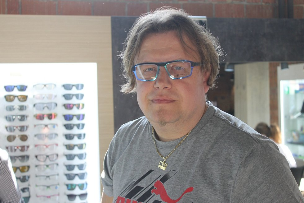 Všichni tři účastníci Proměny si v Optice Skryjová vyzkoušeli, které brýle by jim nejvíce slušely.