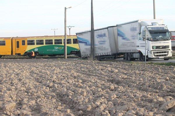 Vpátek, před druhou hodinou odpolední byl zastaven provoz na železniční trati mezi Opavou a Hradcem nad Moravicí. Důvodem byla srážka osobního motorového vlaku skamionem.