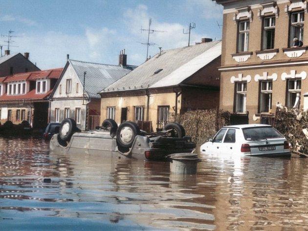 Velká voda ničila všechno, co jí stálo v cestě. Na snímku je na střechu obrácený automobil v ulici Rybářské.