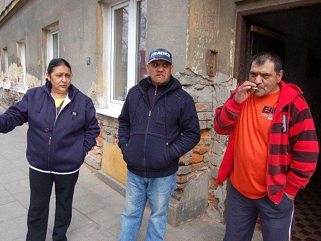 Zleva: Květa Laciová, Jaroslav Dužda a Karel Giňa. Obyvatelé domu do kterého měl neznámý pachatel vhodit zápalnou lahev.