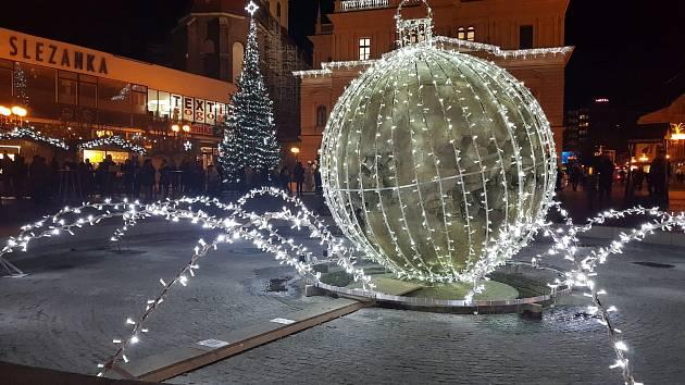 Baňkokoule zdobí opavské Horní náměstí již čtvrtý rok. Letos na ní přibyly další prvky.