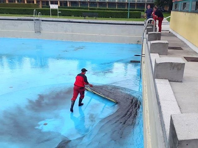 Na koupališti se před nedávnem pracovalo na vyčištění dna bazénu.