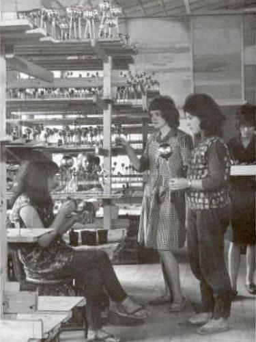 Výrobní družstvo Slezská tvorba patří od roku 1951mezi největší a nejstarší výrobce skleněných ozdob.
