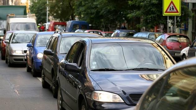 Kolony brzdící dopravu v Opavě by se měly stát po vybudování obchvatu minulostí.