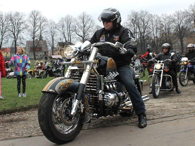 Nablýskané stroje na každém rohu a drsní chlapi oblečení v kůži. Takhle to v sobotu vypadalo na hřišti Sokola Kateřinky v Opavě. Konalo se zde totiž Zahájení motorkářské sezony 2013.