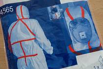 Ochranný oblek pro zdravotníky provádějící odběr vzorku u pacienta s podezřením na koronavir (Covid-19).