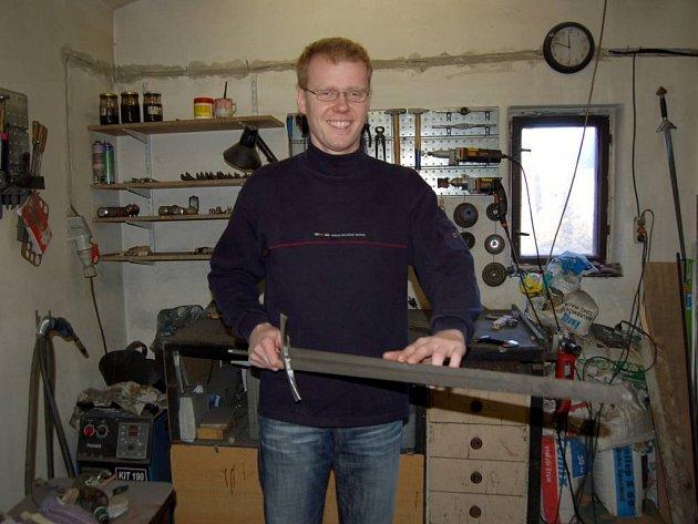 Jan Motyčka. Pod rukama mu vznikají vikingské, gotické, ba i čínské meče.