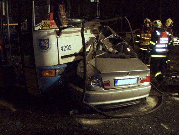Smrtelná srážka autobusu Dopravního podniku Ostrava s BMV, která se stala krátce před úterní půlnocí.