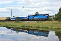 Měřící vlak projíždí zastávkou Slavkov u Opavy při cestě ze Svobodných Heřmanic.