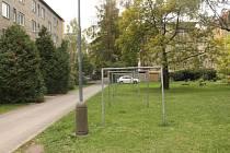 Místo tohoto travnatého pásu v Sokolovské ulici by mělo být parkoviště.