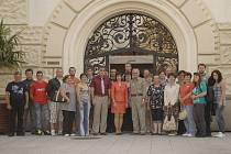 Sedmadvacet obyvatel obce Opava na jihovýchodním Slovensku přijelo minulý týden do Opavy. Jejich fotografie s náměstkyní primátora Pavlou Brady (SOS) a tajemníkem Tomášem Elisem v popředí byla pořízena před Hláskou.